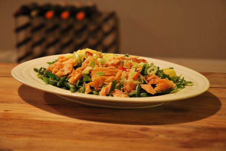 Frisse en pittige groene salade met warmgerookte zalm