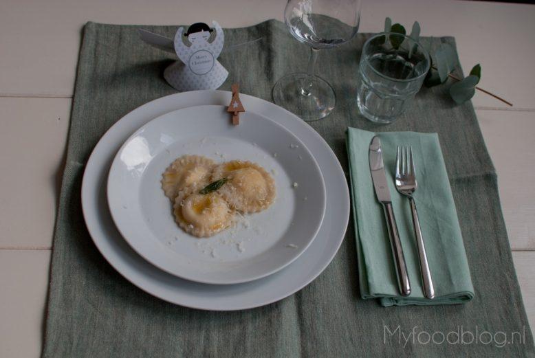 Met ricotta gevulde ravioli in een salie botersaus