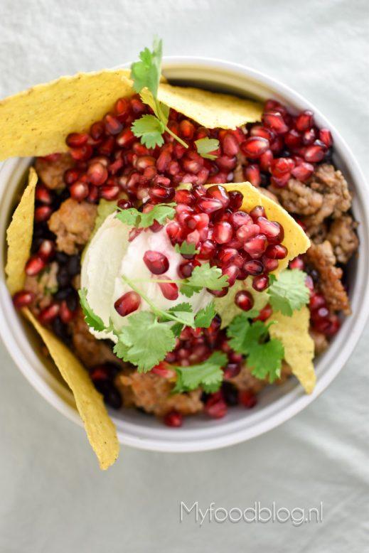Taco salade met guacamole en granaatappelpitjes