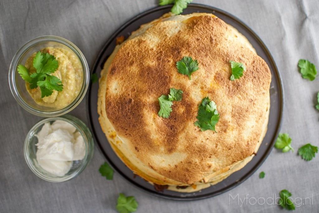 tortillataart met guacamole en creme fraiche