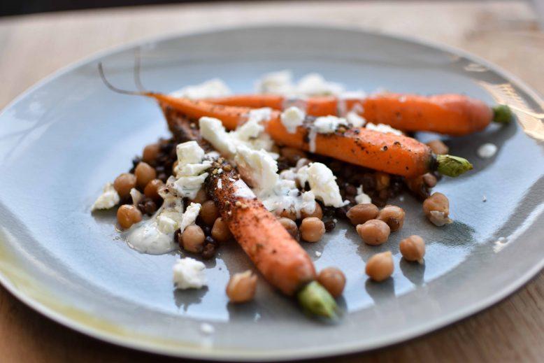 Geroosterde Midden-Oosterse wortelsalade