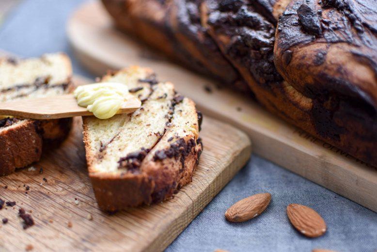 babka met chocolade - besmeerd met boter